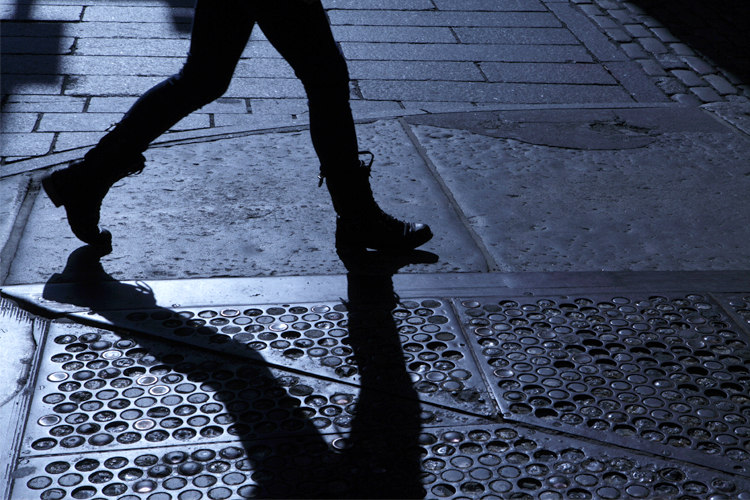 woman_dark_street